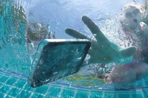Meu celular caiu na água, o que fazer? - Telefones Celulares